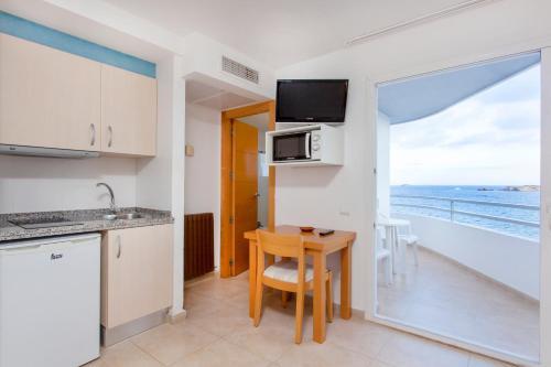 A cozinha ou cozinha compacta de Apartamentos Mar y Playa