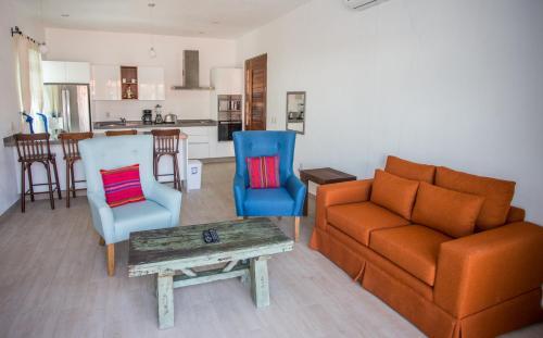 A seating area at Refugio del Mar