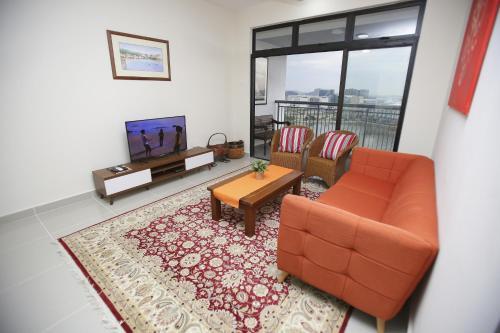 Ruang duduk di Tamara Putrajaya (Promenade Suite, 3 AC Bedrooms, 2 Baths, WiFi, Lake & City View) by MRK