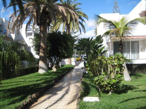 Vrt pred nastanitvijo Elana Apartments