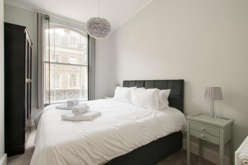 A bed or beds in a room at Market Street Apartments