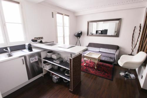 A kitchen or kitchenette at Luckey Homes Apartments - Rue de Mazagran