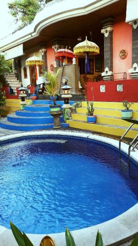 Der Swimmingpool an oder in der Nähe von Kubu Pilatus Inn