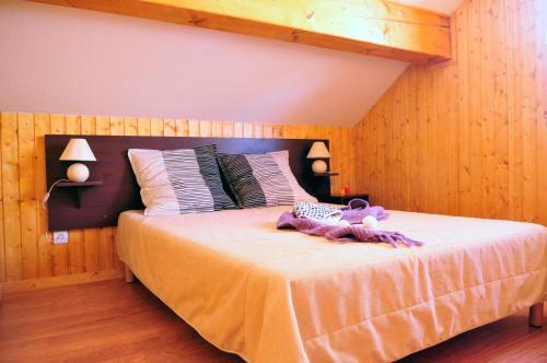 Ένα ή περισσότερα κρεβάτια σε δωμάτιο στο Résidence Goélia Les Chalets des Ecourts