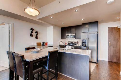 A kitchen or kitchenette at Beautiful HighRise in Downtown San Diego #3