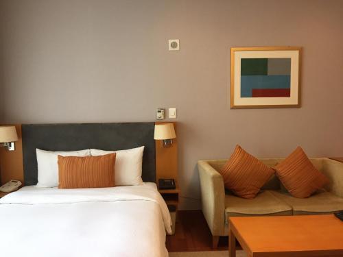 เตียงในห้องที่ Somerset Palace Seoul