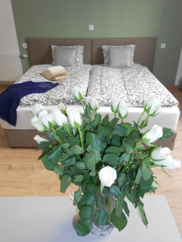 מיטה או מיטות בחדר ב-Dan In'n Out