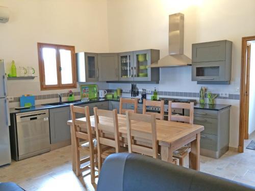 A kitchen or kitchenette at Le Merisier, Manoir de Longeveau