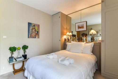 A bed or beds in a room at Welkeys Apartment Porte de Saint-Cloud