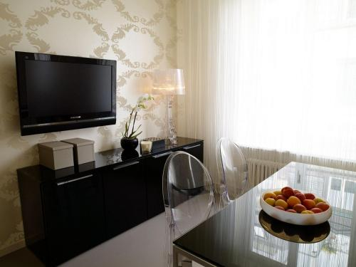 A television and/or entertainment center at VISIONAPARTMENTS Zurich Waffenplatzstrasse
