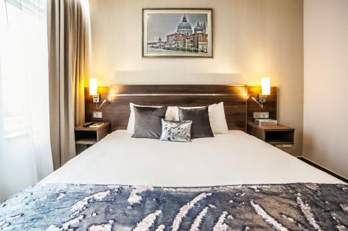 A bed or beds in a room at Hampton Suites Serviced Apartments