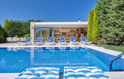 The swimming pool at or near Villa EverGreen