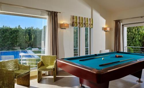 A pool table at Villa EverGreen