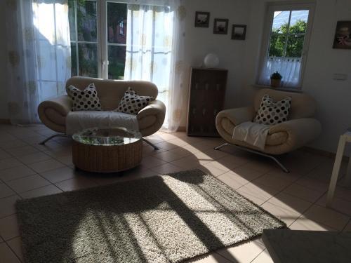 Ein Sitzbereich in der Unterkunft Ferienwohnung Obersulm