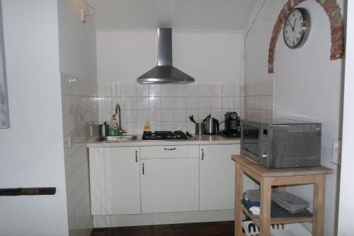 Küche/Küchenzeile in der Unterkunft Smederij aan Zee