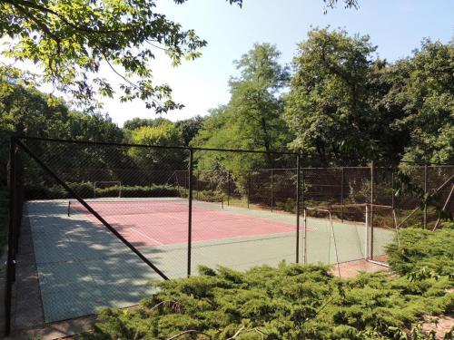 Tenis alebo squash v ubytovaní Tőserdő Kastély Üdülő alebo jeho okolí