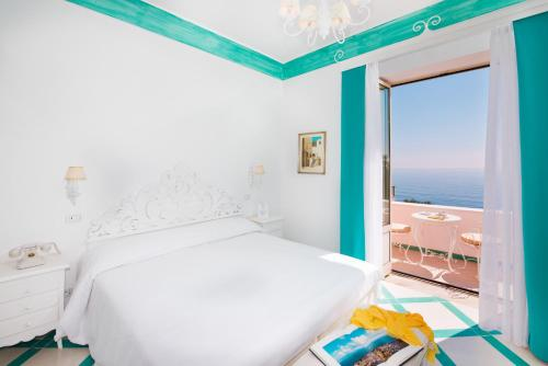 Un pat sau paturi într-o cameră la Villa Flavio Gioia