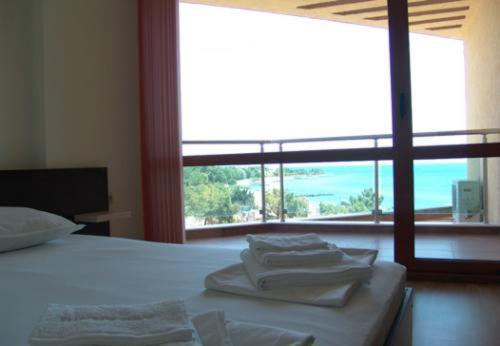 Genel bir deniz manzarası veya apart otelden çekilmiş bir deniz manzarası