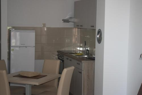 Kuhinja ili čajna kuhinja u objektu Apartments Bota