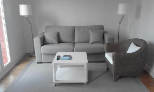 A seating area at Larramendi Terrace Apartment