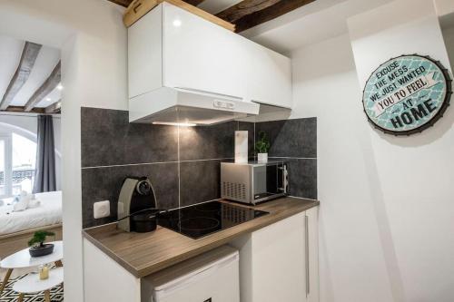 A kitchen or kitchenette at CMG Montorgueil IV