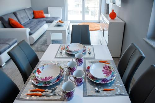 A restaurant or other place to eat at Elegance Apartment