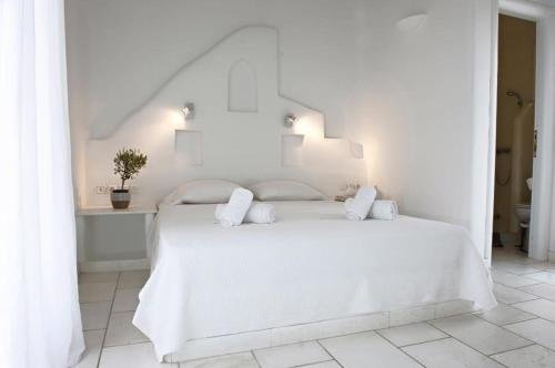 A bed or beds in a room at Pearls of Mykonos