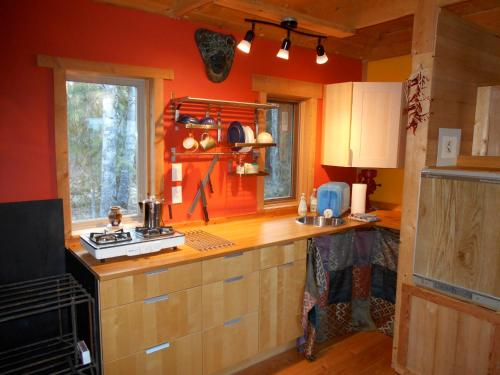 A kitchen or kitchenette at The Cabin B&B