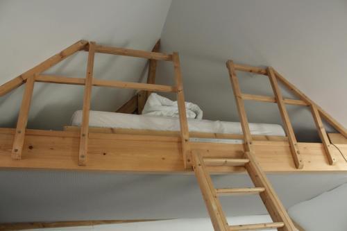 Un ou plusieurs lits superposés dans un hébergement de l'établissement Studio À Lonrai