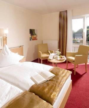 Ein Bett oder Betten in einem Zimmer der Unterkunft Landhotel Hermannshöhe