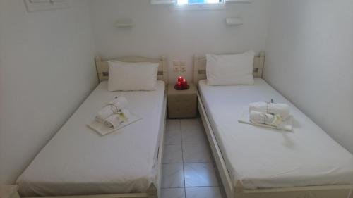A bed or beds in a room at Megas Rooms