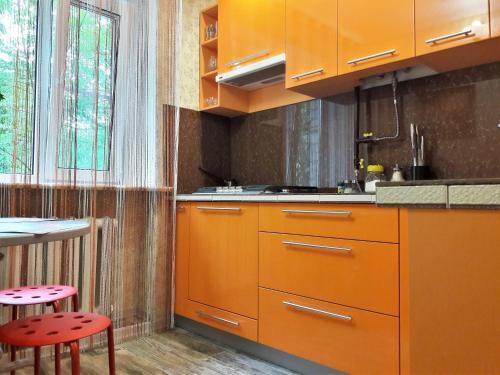 Кухня или мини-кухня в Apartment Lenina 1 v