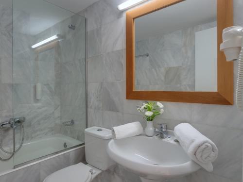 A bathroom at Mare Hotel Apartments