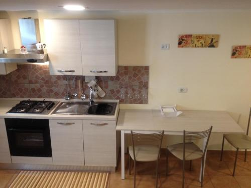 Virtuvė arba virtuvėlė apgyvendinimo įstaigoje La casa di Elisa