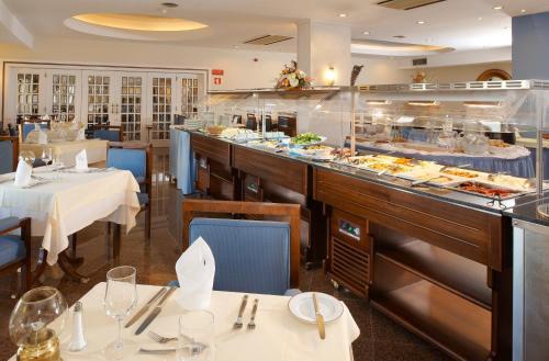 Un restaurante o sitio para comer en Hotel Apartamento Brisa Sol