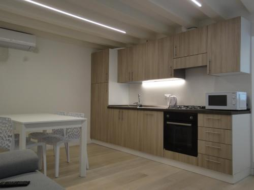 A kitchen or kitchenette at Appartamento San Tomà