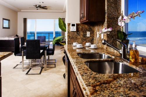 Una cocina o zona de cocina en Playa Bonita Luxury Suites