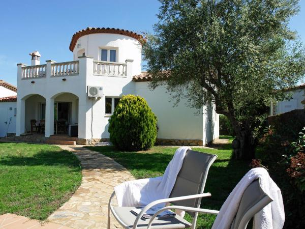 Detached villa with terrace and shared swimming pool in the quiet village of Vilacolum