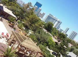 PENTHOUSE Luxury 2BR 2BA Balcony STRIP & Pool Views next to Convention Center!, apartment in Las Vegas