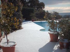 Villa Helios, hotel near La Mole Airport - LTT,