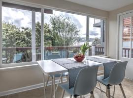 Hosteeva 2BR Lake Union View Apartment 2A Steps to Seattle Host Spots, vacation rental in Seattle
