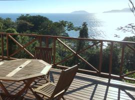 Propriedade a 80 metros da praia do Curral, vacation home in Ilhabela
