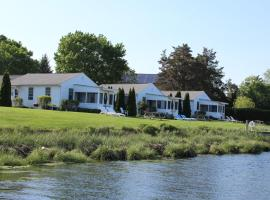 Premier Waterfront Cottage 3, hotel in Riverhead