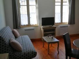 beau T2 lumineux 1er etage, hotel in Rochefort