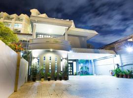 G Beach Front Villa, family hotel in Batu Ferringhi