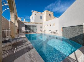 Zeppi's Luxury Holiday Farmhouse with Private Pool, hotel in Għarb