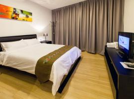 Luxfort 118 Service Suites, hotel with jacuzzis in George Town