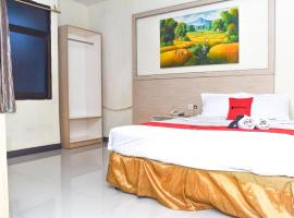 RedDoorz Plus near Sultan Hasanuddin Airport, hotel in Makassar