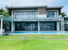 Luxury Villa 5* - Ocean Front - IDCWH, hotel with jacuzzis in Da Nang