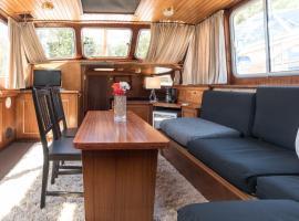 BasicHouseboat nearcenter